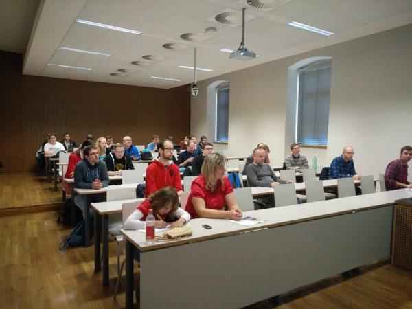 Michalovi se již během brzkých ranních hodin podařilo naplnit přednáškovou místnost