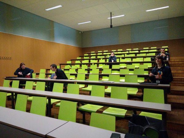 Postupně se scházející účastníci otevřené diskuze o otevřené lokalizaci